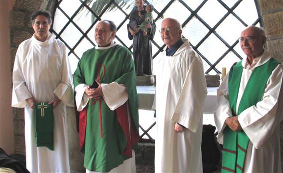 Valentin Arrillaga con el obispo y el hasta entonces párroco BIS.jpg