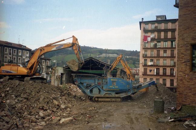 Patio de los gatos molido de escombros dic 2003.jpg